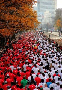 Runners form a moving Polish flag on the course